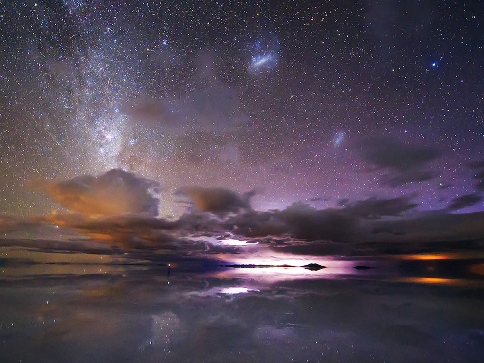 Colours and stars in the salt flat